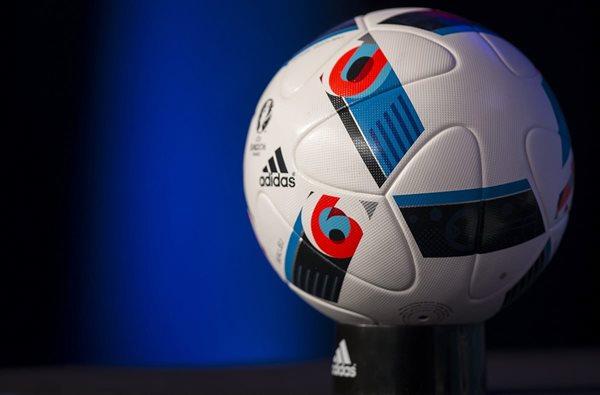 """Imagen del balón oficial de la Eurocopa que albergará Francia el año próximo, un esférico bautizado como """"Beau Jeu"""" (juego bonito). (Foto Prensa Libre: EFE)"""