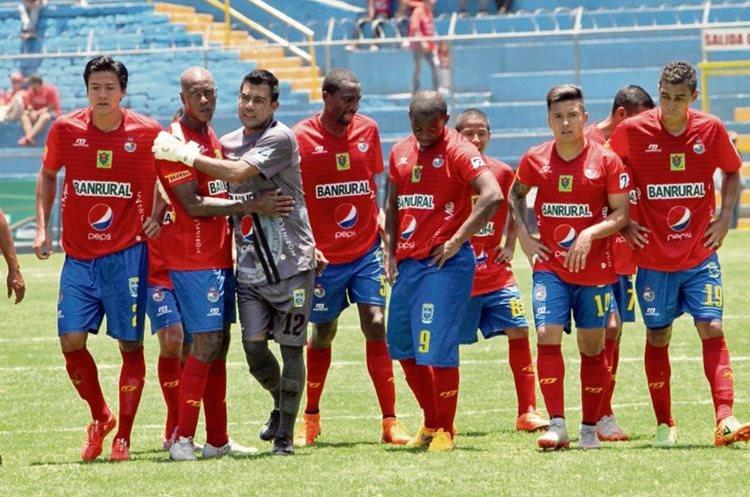 Los futbolistas escarlatas se mostraron cabizbajos y llenos de dudas al finalizar la primera parte contra el Isidro Metapán.