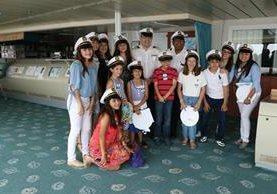 Los visitantes se mostraron contentos con la actividad de Celebrity Cruises. (Foto Prensa Libre: Enrique Paredes)