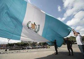 Empleados públicos podrán ausentarse de sus labores este viernes, con goce de salario, porque el Gobierno central decidió otorgar una licencia especial. (Foto Prensa Libre: Hemeroteca)