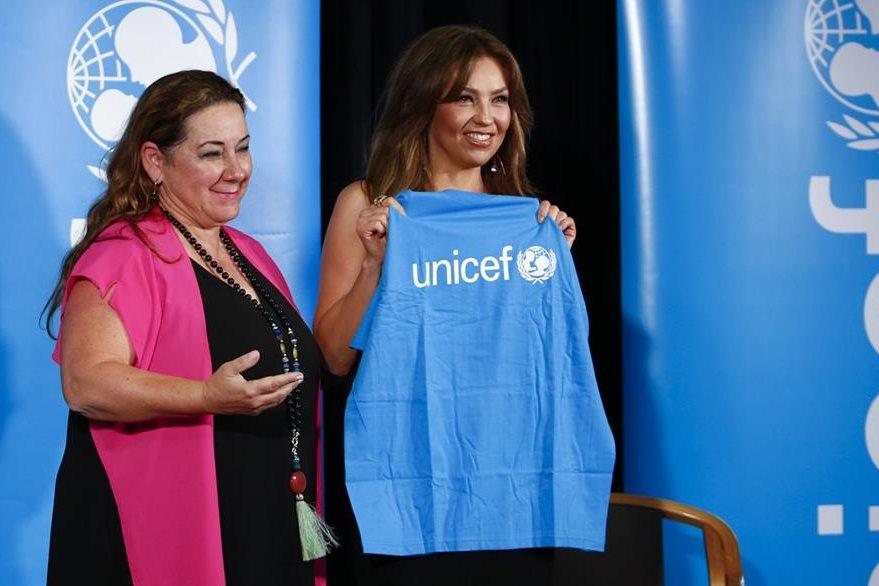La actriz y cantante mexicana Thalía recibe una camisa y la placa de su designación como embajadora de buena voluntad de Unicef México. (Foto Prensa Libre: EFE).