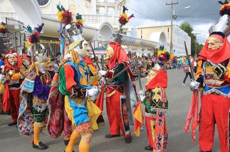 Coloridos trajes acompañan a los bailarines.