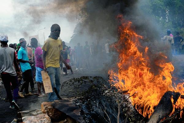 Los manifestantes colocan una barricada en llamas en el barrio Musaga de Bujumbura, Burundi. (Foto Prensa Libre:AFP)AFP