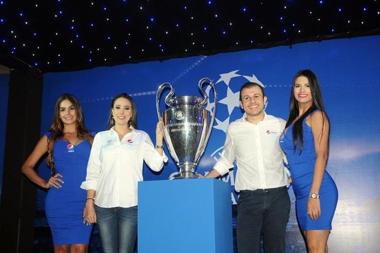El histórico trofeo de la Liga de Campeones estará en Guatemala hasta mañana. (Foto Prensa Libre: Jeniffer Gómez)