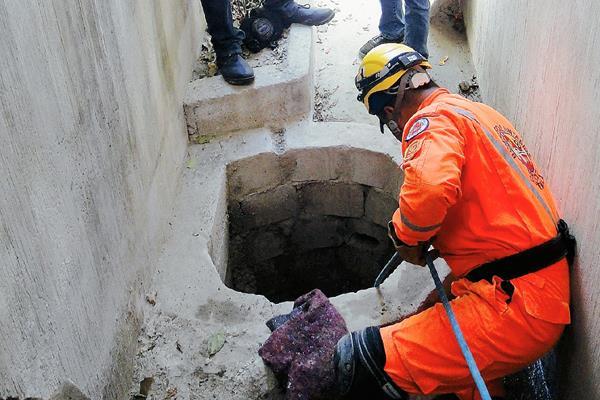 Un socorrista utiliza una soga para rescatar el cadáver de un niño en la zona 5 de Huehuetenango. (Foto Prensa Libre: Mike Castillo)