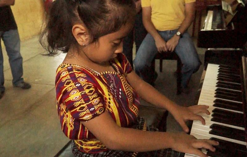 Yaharia demuestra su habilidad en el piano. (Foto Prensa Libre: Josué León)
