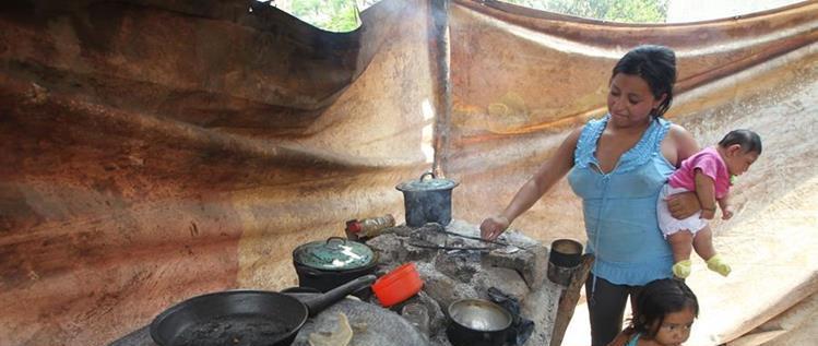 Yasmin es mamá de dos niños a sus 16 años. Viven en la aldea Mojarrillas, Monjas, Jalapa, su condición de vida es pobre y no utiliza ningún método de planificación familiar. (Foto Prensa Libre: Érick Ávila).