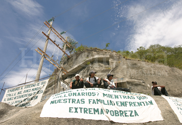En 2004 los perjudicados por la construcción de la central hidroeléctrica manifestaron por el incumplimiento del gobierno en el pago del resarcimiento. (Foto: Hemeroteca PL)