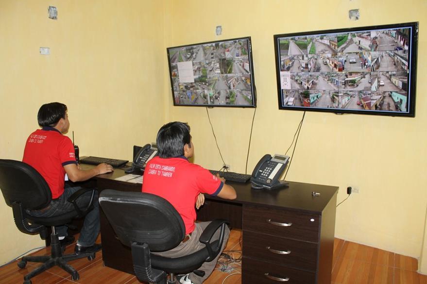 Personal encargado de cámaras de vigilancia en Palín, Escuintla, supervisan que no se cometan hechos delictivos. (Foto HemerotecaPL: Carlos E. Paredes)