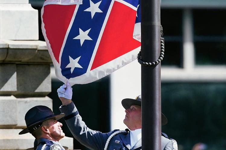 Momento en que la bandera Confederada es retirada. (Foto Prensa Libre: AP).
