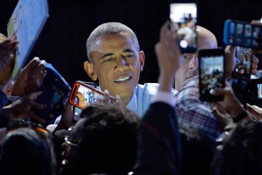 Obama habla de cerca con los simpatizantes demócratas. (Foto Prensa LIbre: AFP).