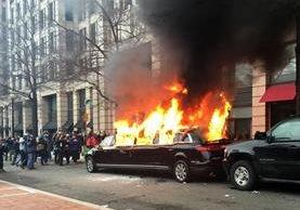 Una limusina arde durante las protestas en Washington que se tornaron violentas. (Foto Prensa Libre: AP)
