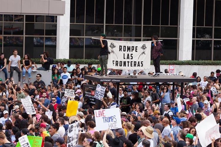 Un grupo de manifestantes en Los Ángeles pide acciones para proteger a los inmigrantes. (Foto Prensa Libre: EFE).