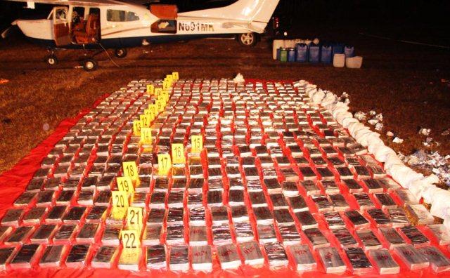 Avioneta detectada es inmovilizada por el Ejército y localizan 433 kilos de cocaína. (Foto Prensa Libre: PNC)