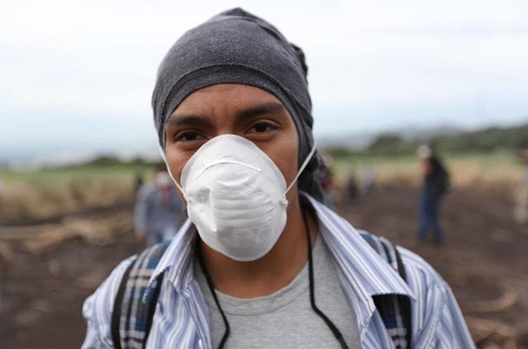 Las personas cubren las vías respiratorias para tratar de no ser afectadas mientras realizan la búsqueda.