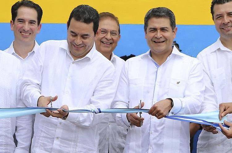 Los presidentes Jimmy Morales, de Guatemala, y Orlando Hernández, de Honduras, oficializan la unión aduanera. (Foto Prensa Libre: EFE)