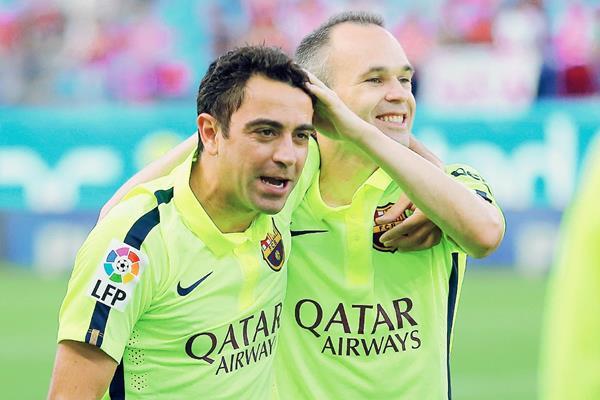 Xavi Hernández y  Andrés Iniesta celebraron juntos una nueva Liga para el Barcelona. (Foto Prensa Libre: AFP)