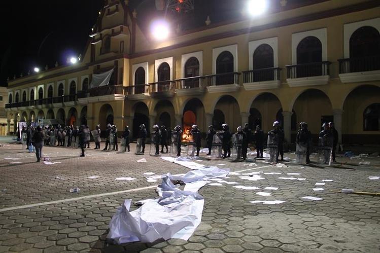 Pobladores lincharon y quemaron a dos jóvenes a los que acusaban de secuestrar niños.(Foto Prensa Libre: EFE).