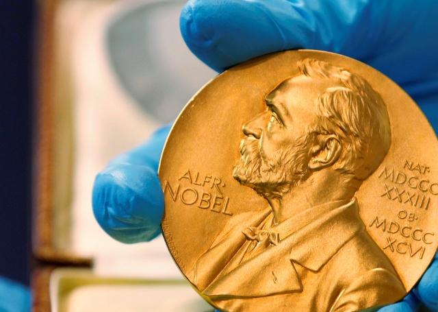 Esta es la medalla que reciben los ganadores de un Premio Nobel. (Foto Prensa Libre: AFP)