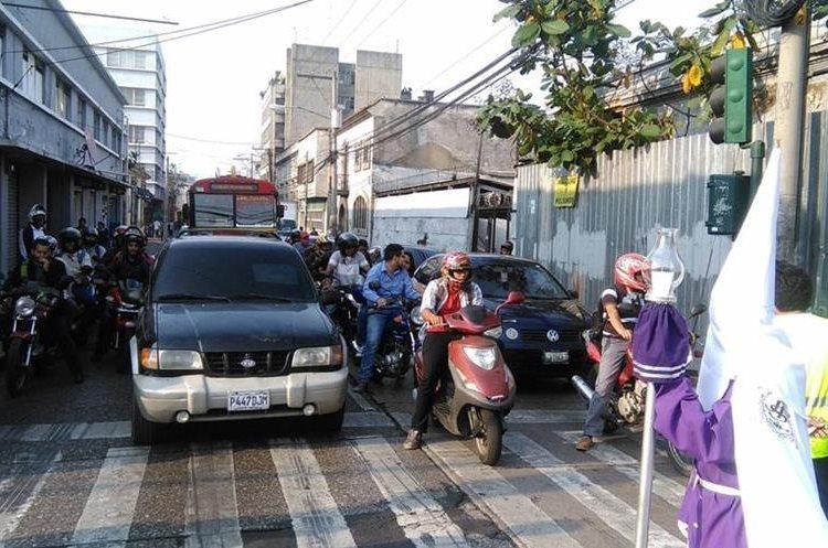 Desde la tarde, el tránsito es complicado en el Centro Histórico, debido al paso de dos procesiones. (Foto Prensa Libre: Oscar García).
