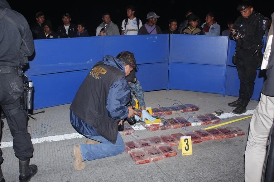 Agentes antinarcóticos efectúan pruebas a la droga incautada en la ruta Interamericana. (Foto Prensa Libre:)