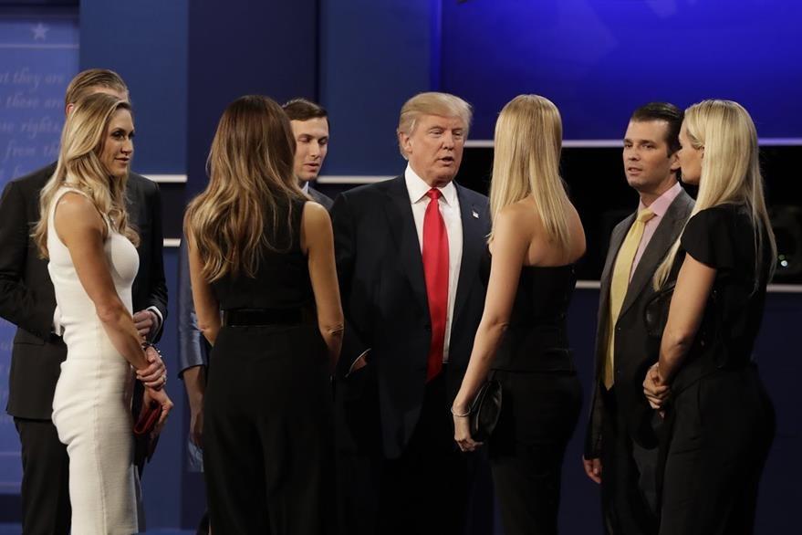 El republicano Donald Trump rodeado por su esposa e hijos al finalizar el tercer debate presidencial. (Foto Prensa Libre: AP).