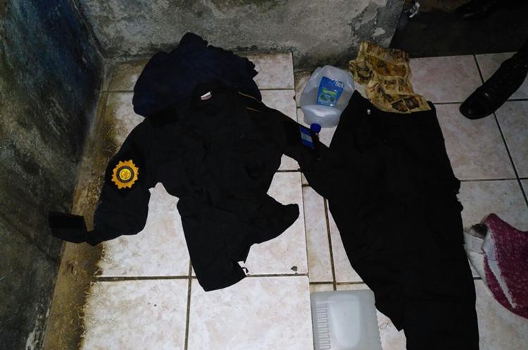 Uno de los uniformes de PNC decomisados por las autoridades. (Foto Prensa Libre: Rolando Miranda)