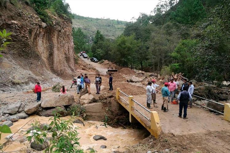 Vecinos de Sipacapa están incomunicados debido a 14 derrumbes que se registraron en la ruta hacia la cabecera. (Foto Prensa Libre: Whitmer Barrera)