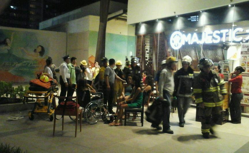 Personas son atendidas luego del incidente en sala de cine. (Foto Prensa Lbire: @PhilippineStar)