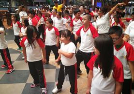 Niños con Síndrome de Down participan en la clase de zumba. (Foto Prensa Libre: Estuardo Paredes)