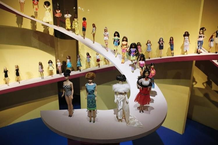 """Una vista de la exposición """"Barbie, vida de un icono"""", que abrió el jueves en el Museo de Artes de París. (Fotos Prensa Libre, AFP)."""