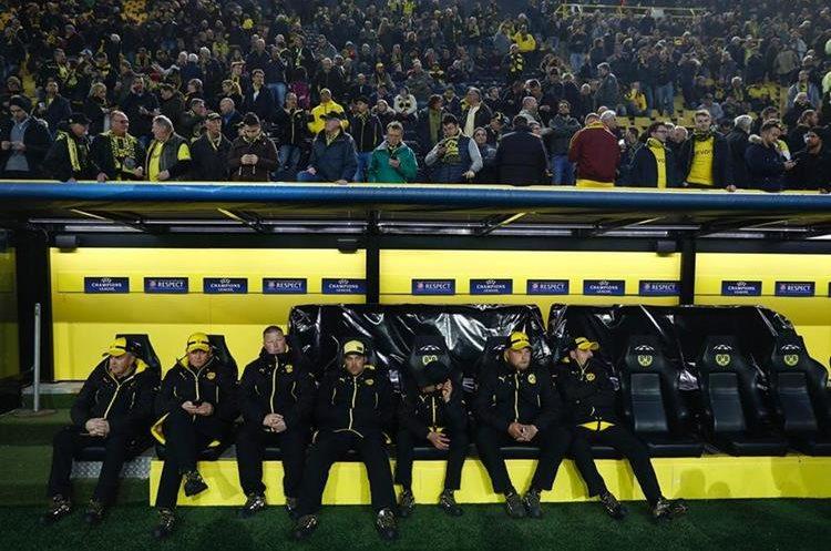 Los miembros del cuerpo técnico del Dortmund en el estadio. (Foto Prensa Libre: AFP)