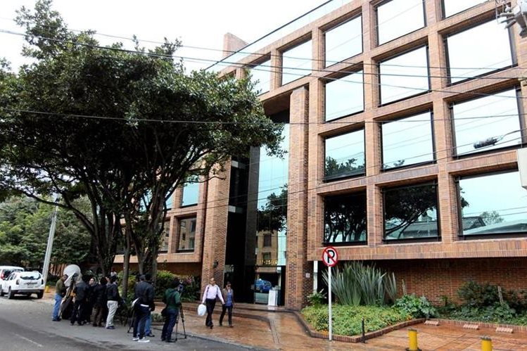 Fachada del edificio en el cual, en una de sus plantas, funcionan las oficinas de una compañía relaciona a Odebrecht, cuya sede fue allanada este jueves. (Foto Prensa Libre: EFE).
