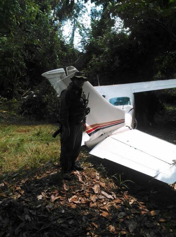Un soldad resguarda la avioneta siniestrada que era piloteada por un guatemalteco. FOTO: NOTICIAS AL DÍA