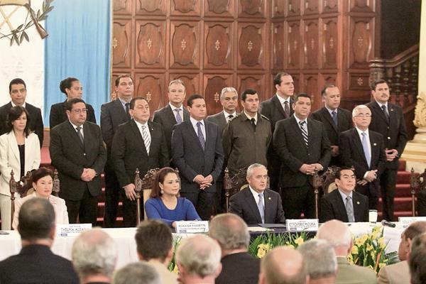 El presidente Otto Pérez Molina, acompañado de funcionarios de Estado —incluida la vicepresidenta Roxana Baldetti— y el comisionado Iván Velásquez, se prepara para dar a conocer que pedirá la extensión del mandato de la Cicig.
