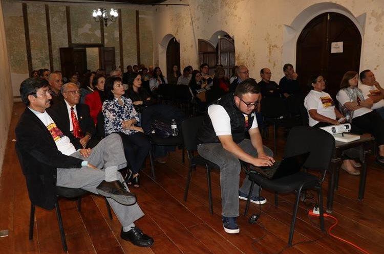 Los participantes hablaron sobre el origen de cada fotografía exhibida. (Foto Prensa Libre: Julio Sicán)
