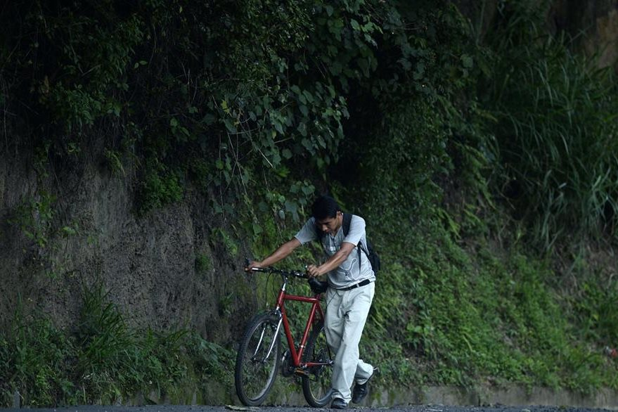 La mayoría de ciclistas teme ser atropellado en las carreteras de Centroamérica. (Foto Prensa Libre: AFP).