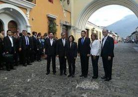 Funcionarios en la Calle del Arco de Antigua Guatemala, Sacatepéquez. (Foto Prensa Libre: @GuatemalaGob)