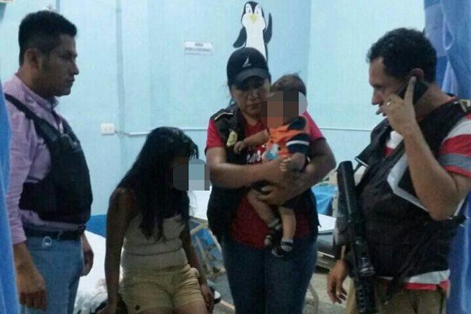 Una joven mujer y su hijo, víctimas de secuestro en El Estor, son llevados a un centro asistencial para una revisión médica. (Foto Prensa Libre: Dony Stewart)