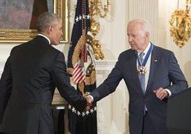 Barack Obama (a la izq.) estrecha la mano del vicepresidente Biden. (Foto Prensa Libre: EFE).