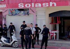Agentes de la PNC resguardan el lugar donde se produjo el triple asesinato, en el barrio El Cóndor, Jutiapa. (Foto Prensa Libre: Hugo Oliva)
