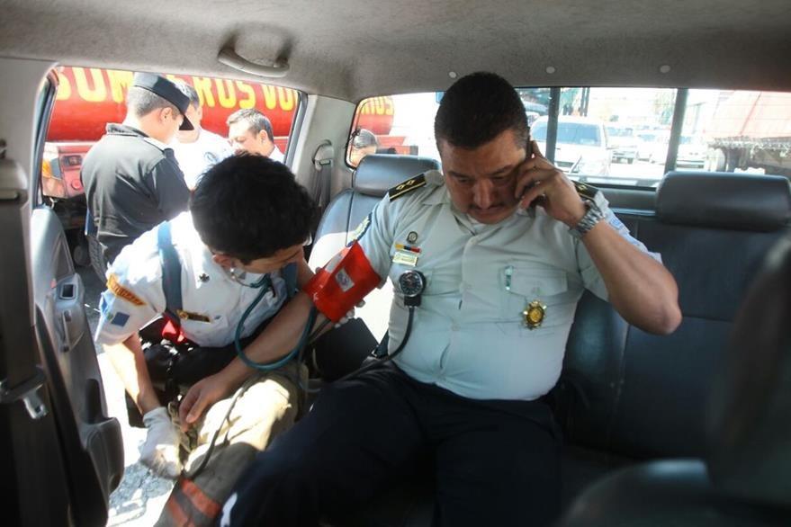 Cuerpos de socorro atienden al Subsecretario técnico de la Dirección de Operaciones de la PNC, Martir Mendoza Reyes. (Foto, Prensa Libre: Álvaro Interiano)