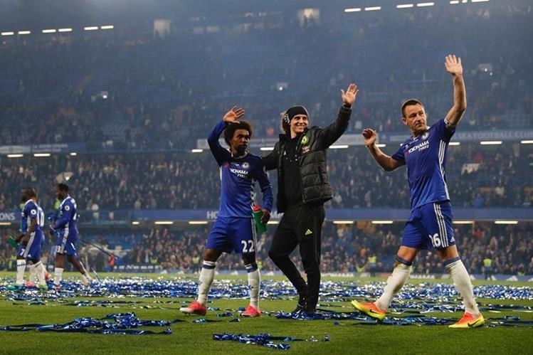 Jugadores del Chelsea festejan luego de vencer al Watford. (Foto Prensa Libre: AFP)