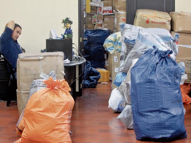 En las oficinas del correo se mantiene gran cantidad de paquetería y correspondencia pendiente de entrega.