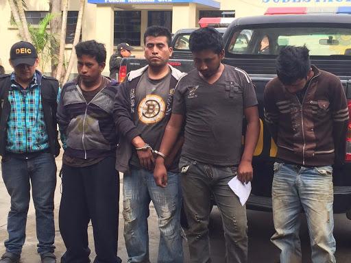 Supuestos sicarios fueron capturados en la aldea Mesías Bajas, del municipio de Amatitlán, Guatemala (Foto Prensa Libre: Cortesía PNC)