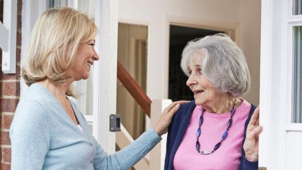 Cuidar de los hijos o de una persona mayor puede añadir mucho estrés a la vida de cualquier persona. (Thinkstock)
