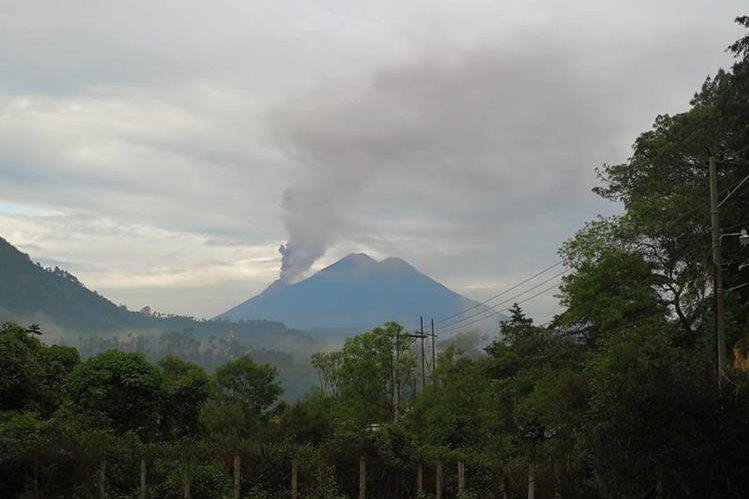 Así se vio la actividad en el Volcán de Fuego esta mañana. (Foto Prensa Libre: César Pérez)