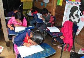 Los niños que acuden a las escuelas públicas reciben clases en condiciones e instalaciones precarias. (Foto Prensa Libre: Hemeroteca PL)
