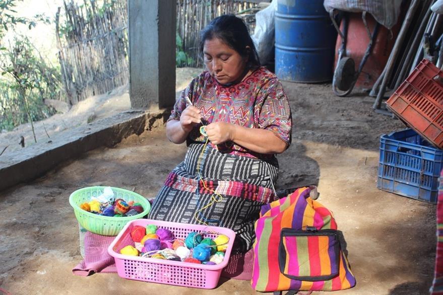 Juana Algua elabora artesanías para obtener recursos económicos para la familia. (Foto Prensa Libre: Ángel Julajuj)