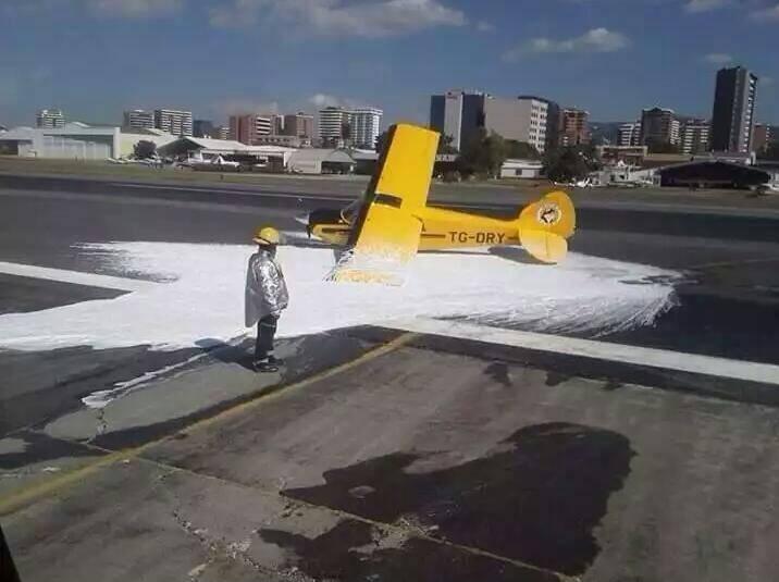 La avioneta matrícula TGDRY tuvo un accidente y derrapó en la pista del Aeropuerto Internacional La Aurora. (Foto, Prensa Libre Cortesía DGAC).